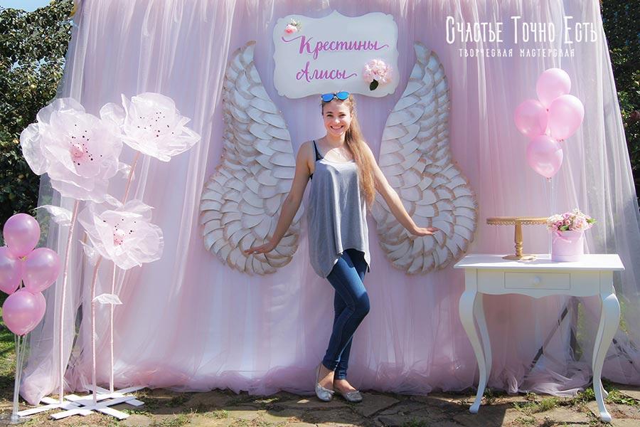 Фотозона 👼 Фотозона на крестины для девочки с крыльями и ростовыми цветами 🌸 аренда в Киеве