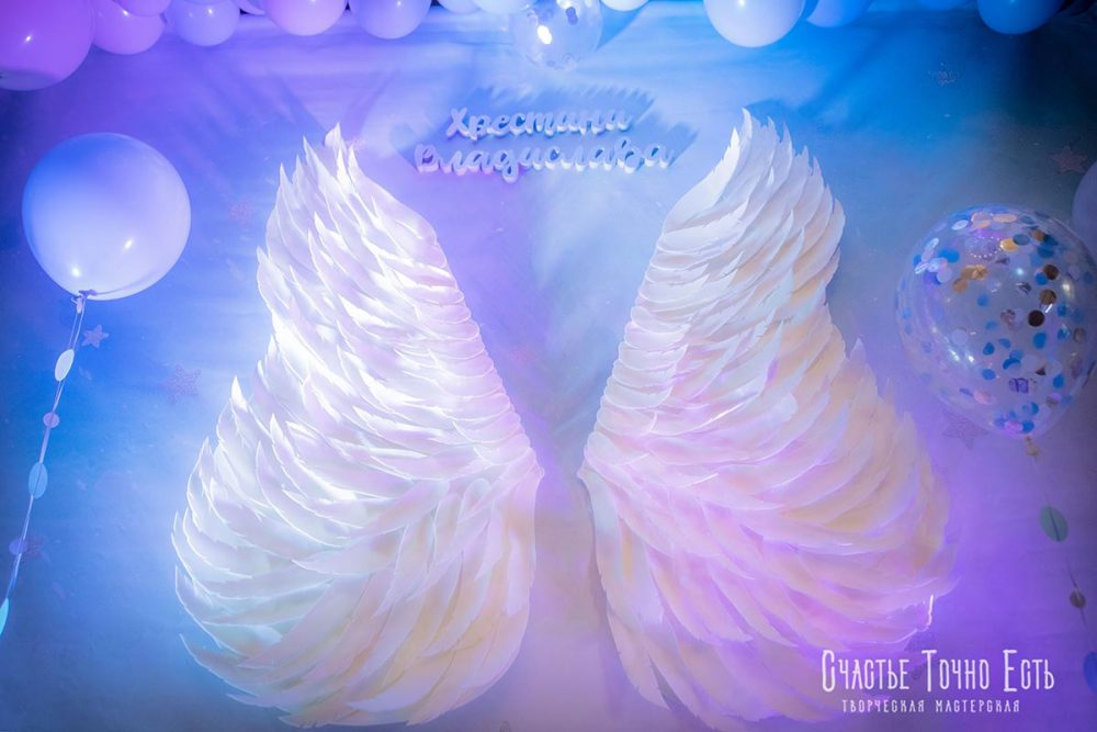 Фотозона на крестины с крыльями